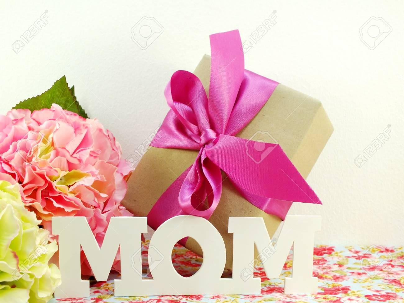 Cadeaux Et Beau Bouquet De Fleurs Pour Maman Pour La Fête Des Mères Ou Anniversaire