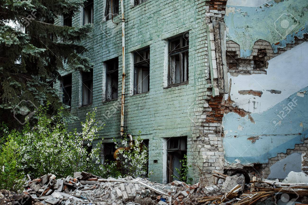 windows と背景でモミの木ビル廃墟放棄された緑レンガ。災害、戦争の概念