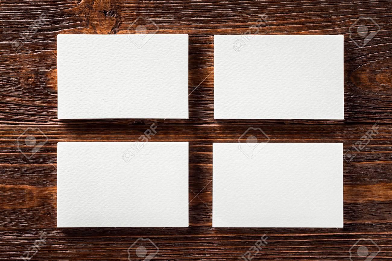 Mockup Gros Plan De Quatre Vierges Verticales Cartes Visite