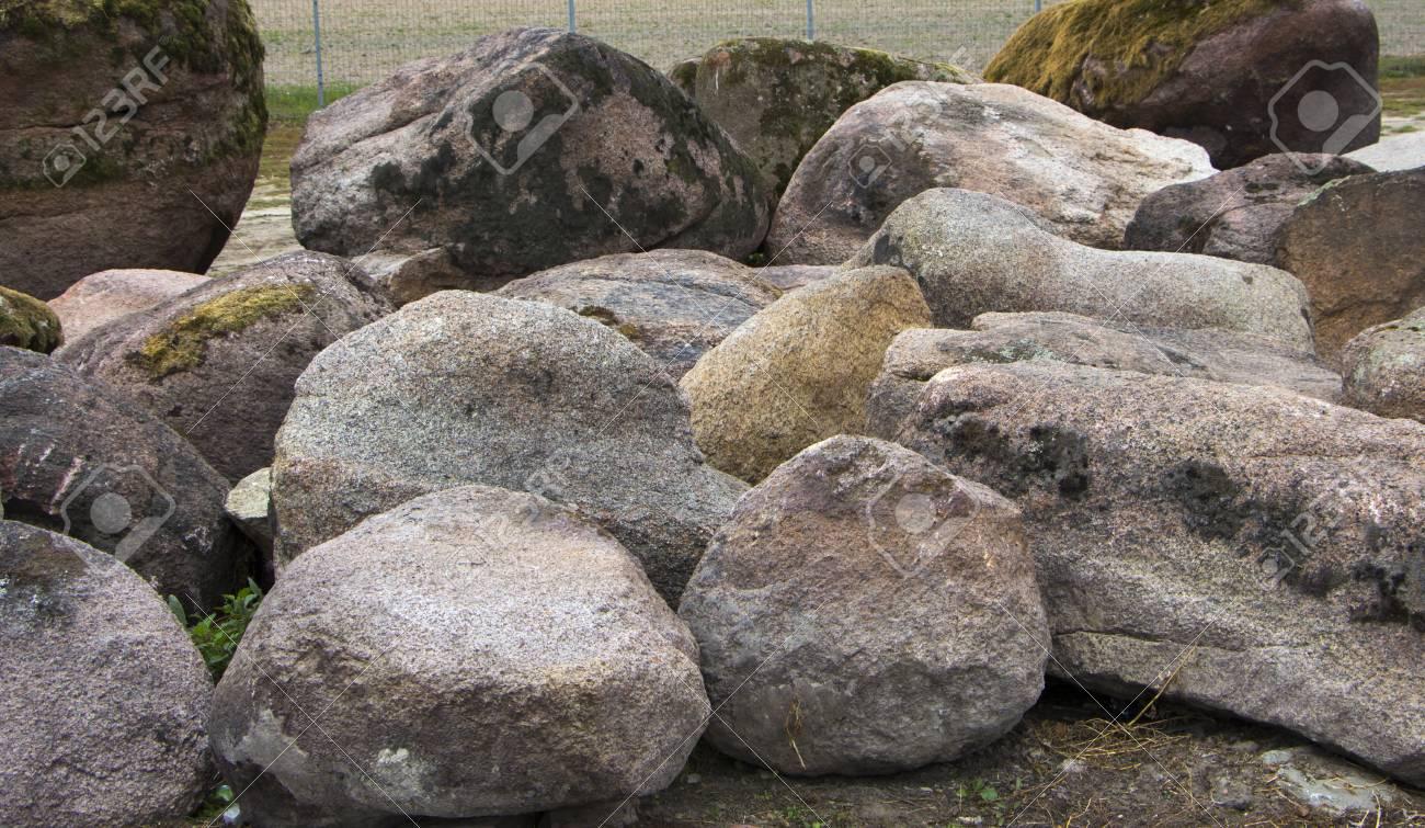 Piedras Grandes Para Su Uso En El Diseno Del Paisaje Al Montar