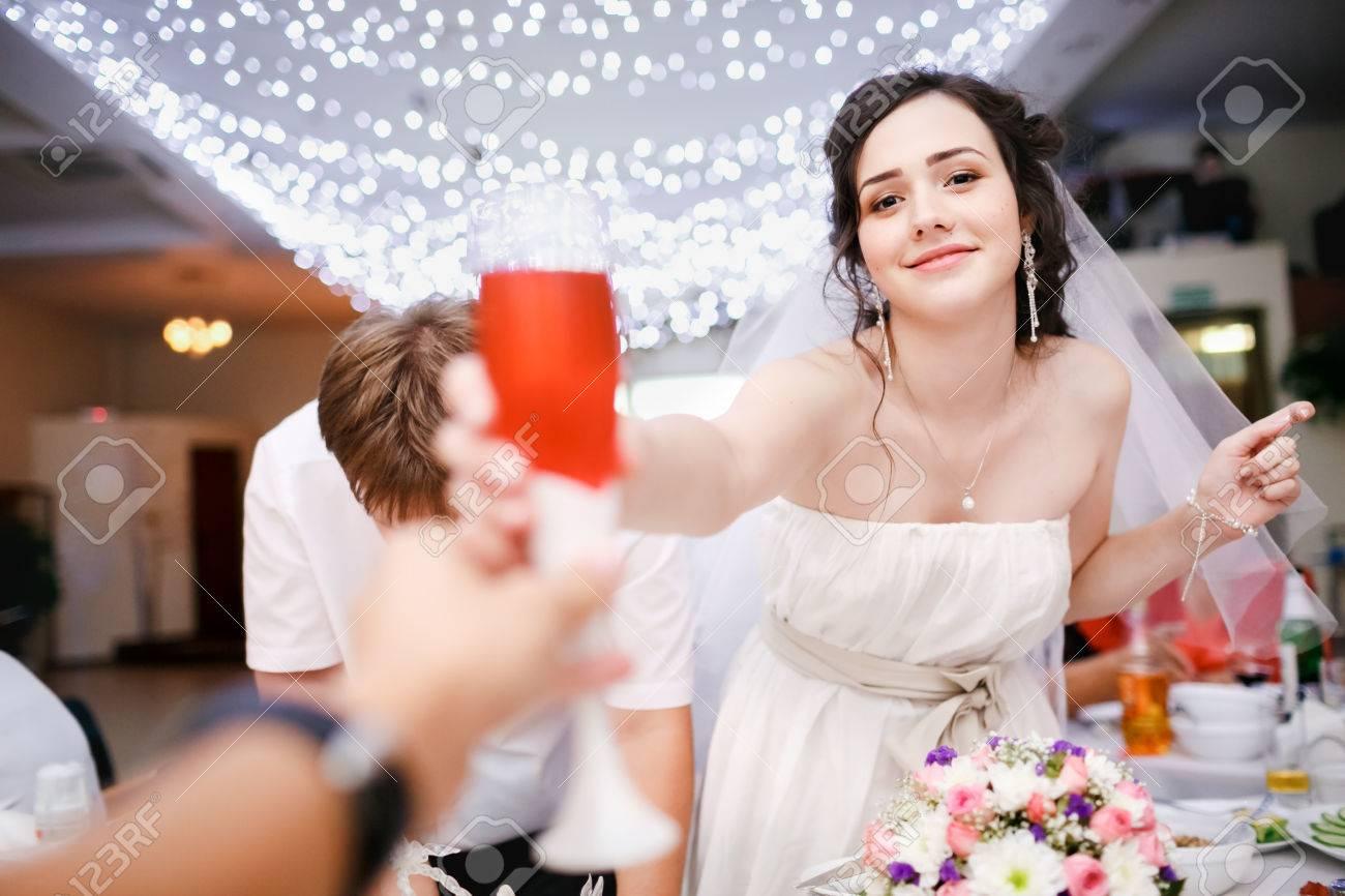 Schöne Junge Braut Im Weißen Kleid Hob Spielerisch Ein Glas ...