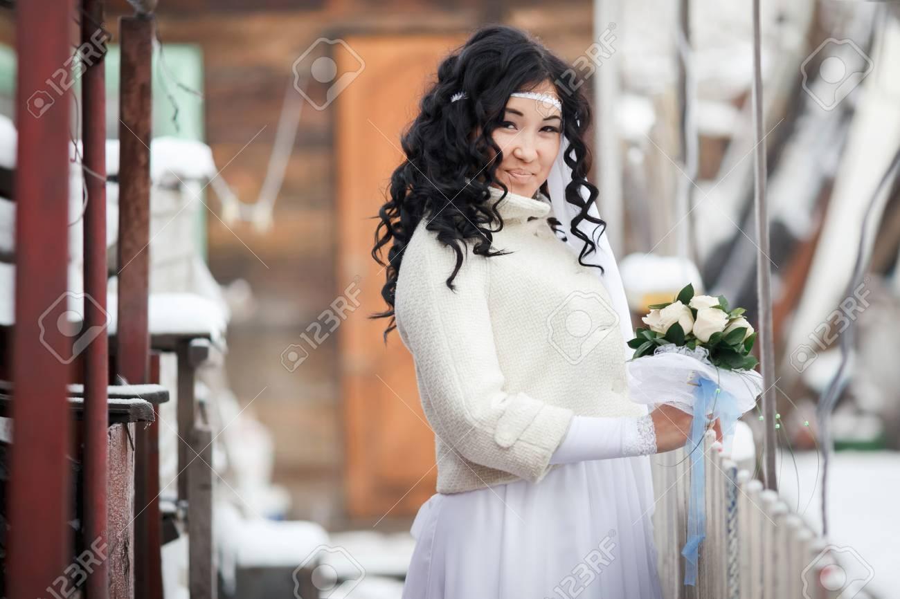 East Asian Schöne Brünette Braut Im Weißen Hochzeitskleid Mit ...