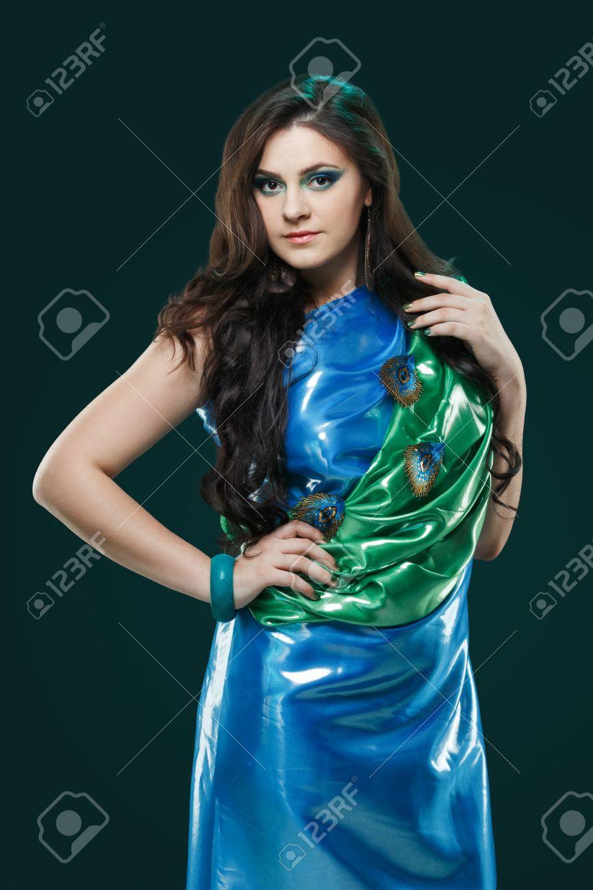 Maquillaje para vestido verde brillante