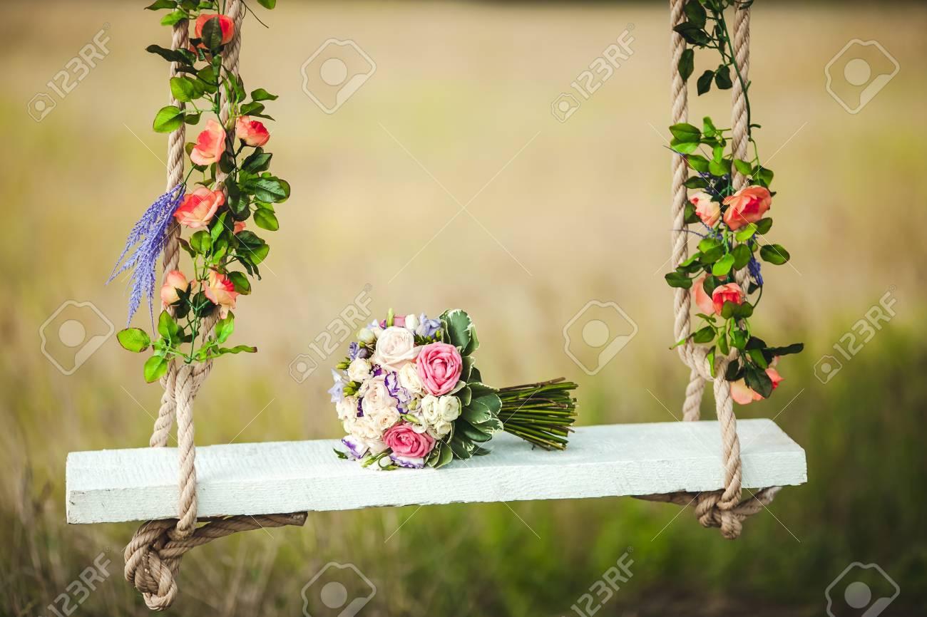Hochzeit Bouquet Von Pfingstrosen Auf Einer Weissen Bank Schaukel
