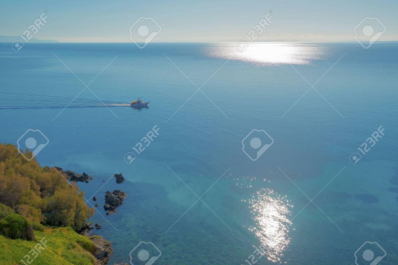 Grecia Siros Ampia Vista Del Mare Con Il Sole Che Riflette Sul Mare E Barche Di Passaggio Siros è Un Isole Greche Cicladi