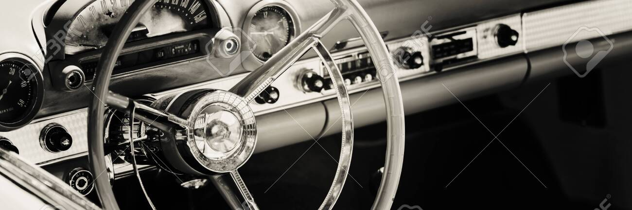 Dashboard of classic car - 124042999