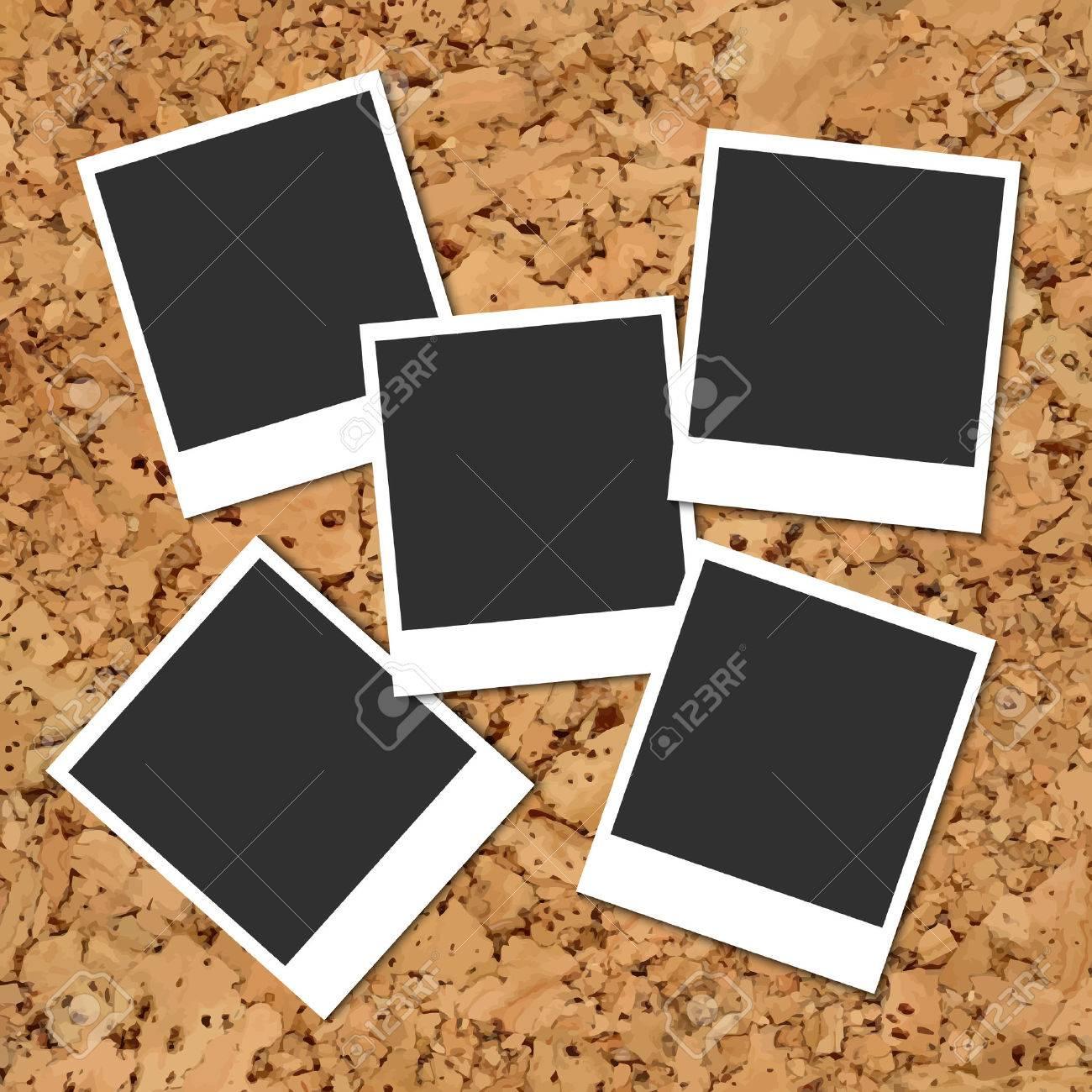 Vector Kork-Board Mit Fünf Verstreuten Leere Instant-Fotokarten ...