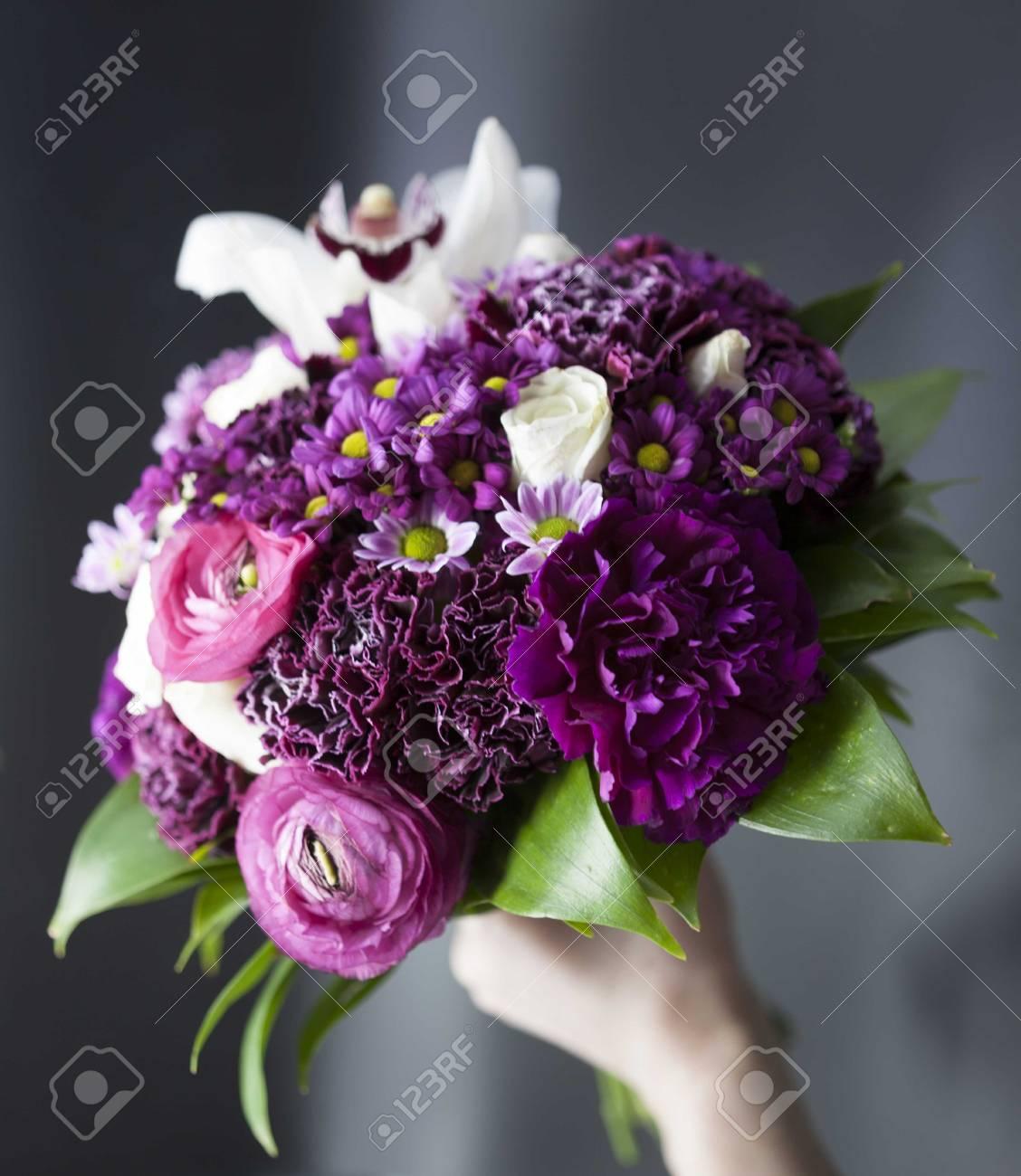 Mazzo Di Fiori Viola.Immagini Stock Bellissimo Bouquet Di Fiori Viola Sposa Su Uno