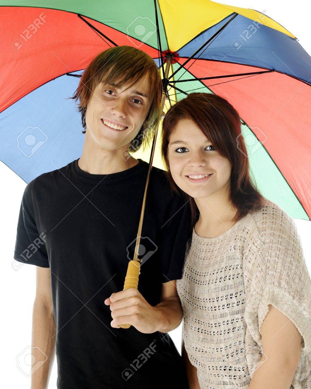 banque dimages un couple jeune adolescent heureux ensemble sous un parapluie color sur un fond blanc - Parapluie Color