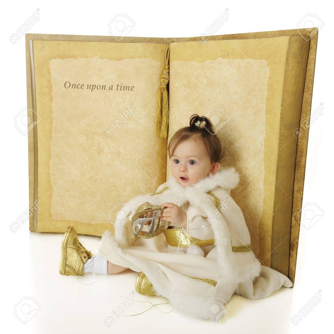 Un Adorable Bebe Snow Princess Assis Devant Un Livre Geant Ouvert A Une Page Qui Dit Il Etait Une Fois Le Reste Est Laisse Vide Pour Votre
