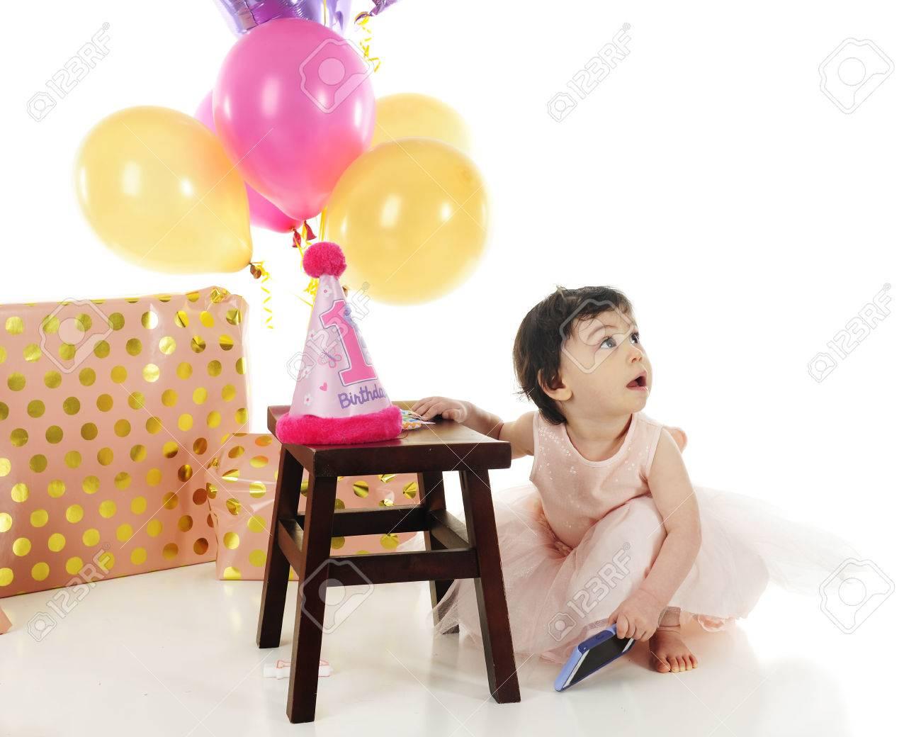 Ein Entzückendes Baby Auf Ihrem Ersten Geburtstag. Sie Hat Hockt In ...