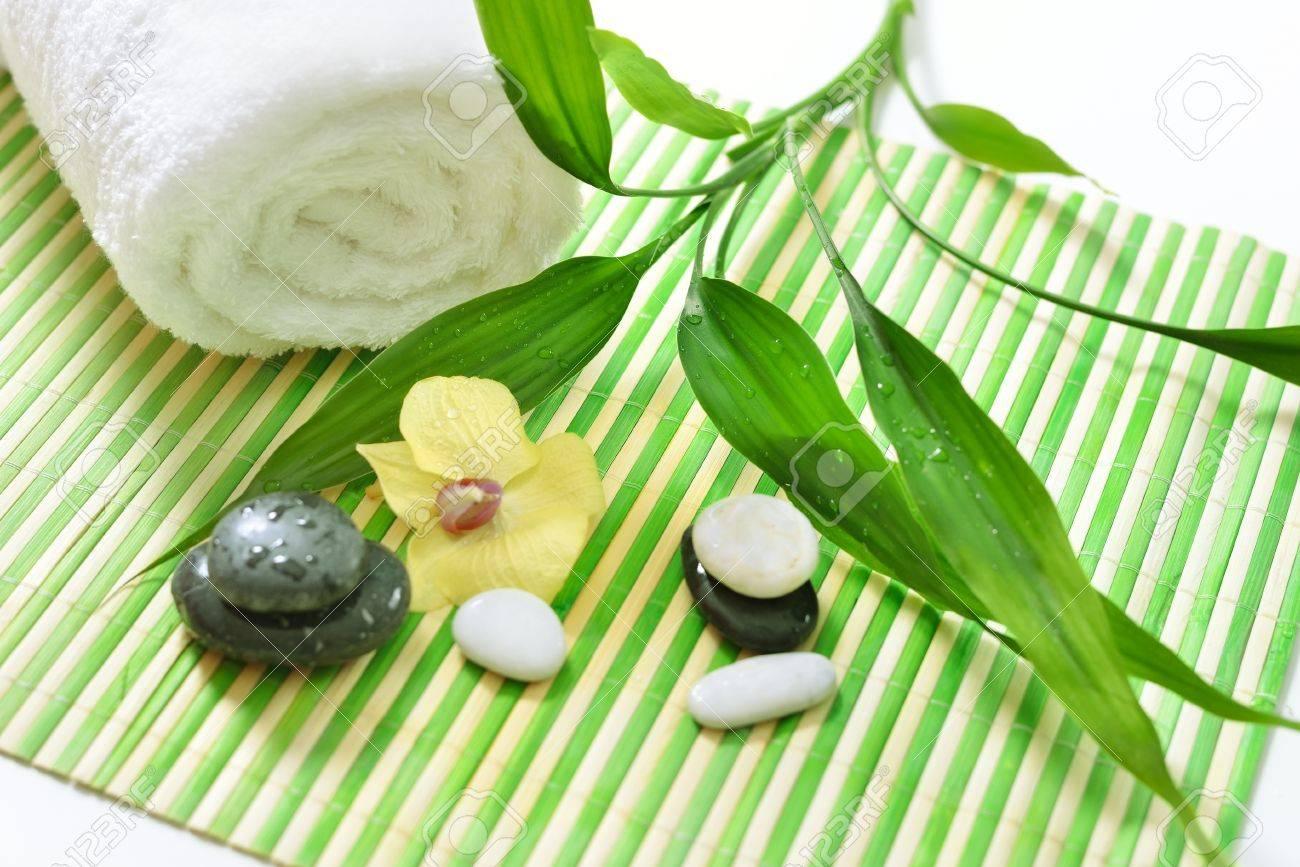 Spa Behandlung Mit Steinen Orchidee Und Grunen Bambus Lizenzfreie