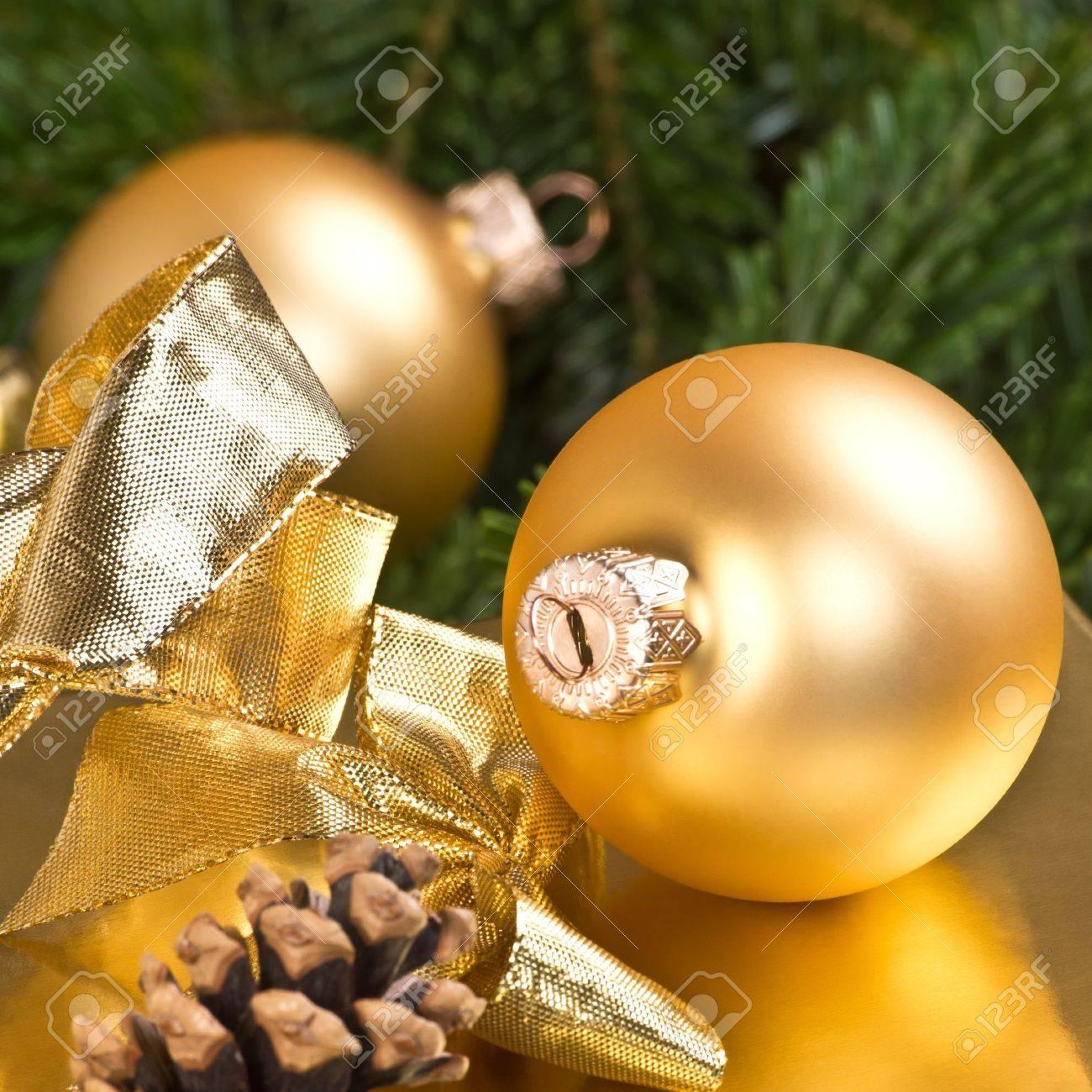 Goldene Weihnachtskugeln.Goldene Weihnachtskugeln