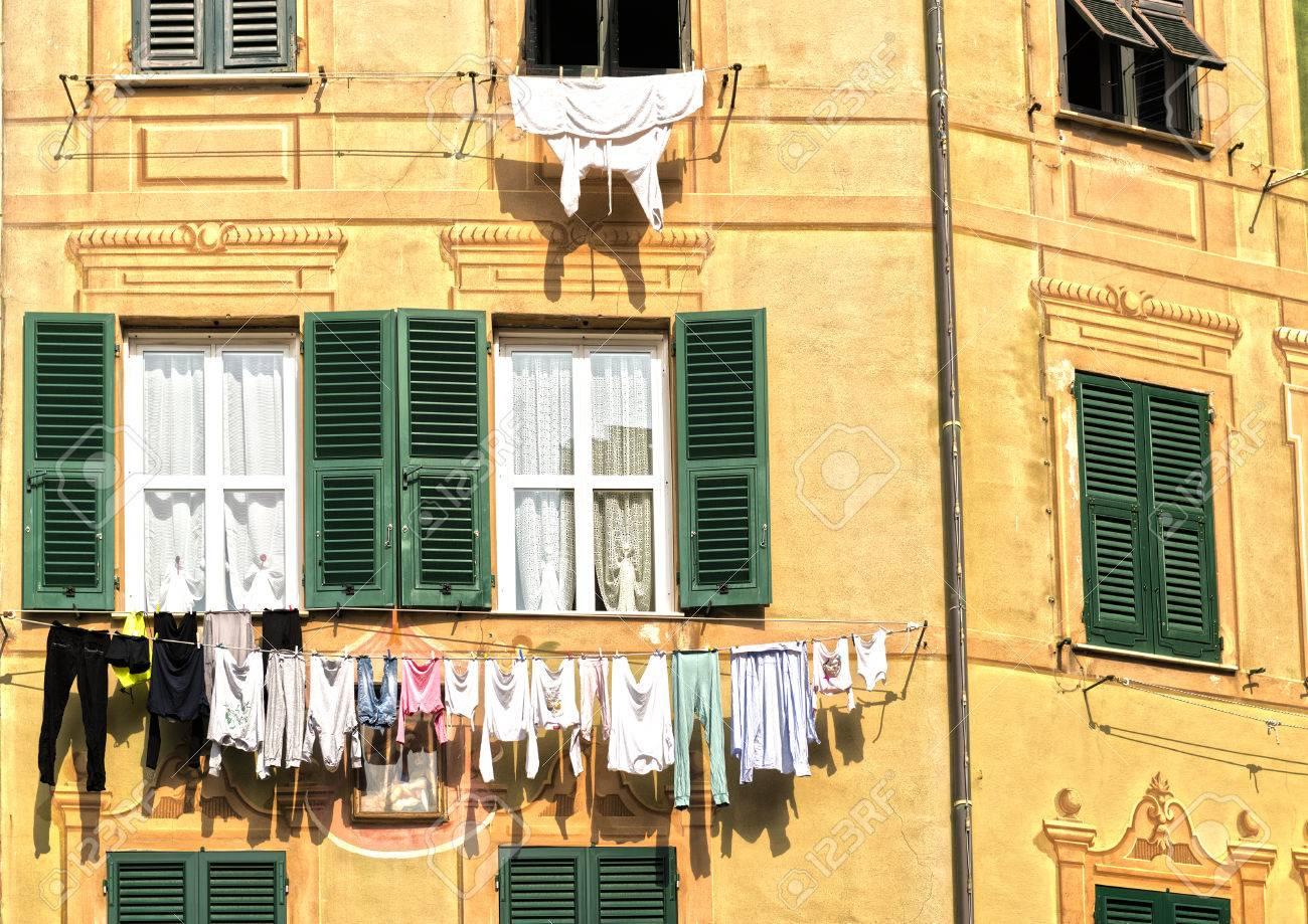 Le Linge Accroché Au Soleil à L\'extérieur D\'une Façade De Maison ...