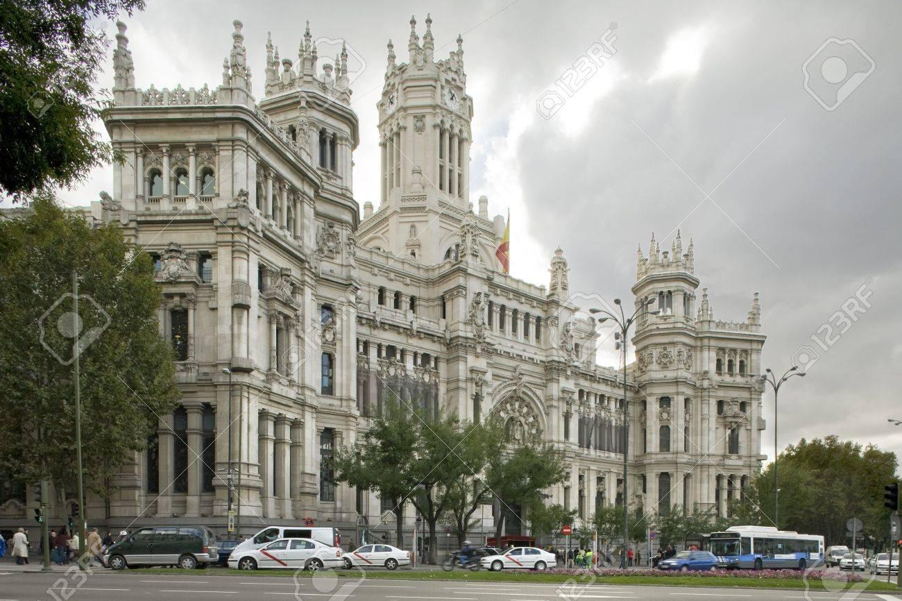 Voitures de devant un palais, Palacio De Comunicaciones, Ayuntamiento de Madrid, hôtel de ville, Madrid, Espagne.  Banque d'images - 7224268