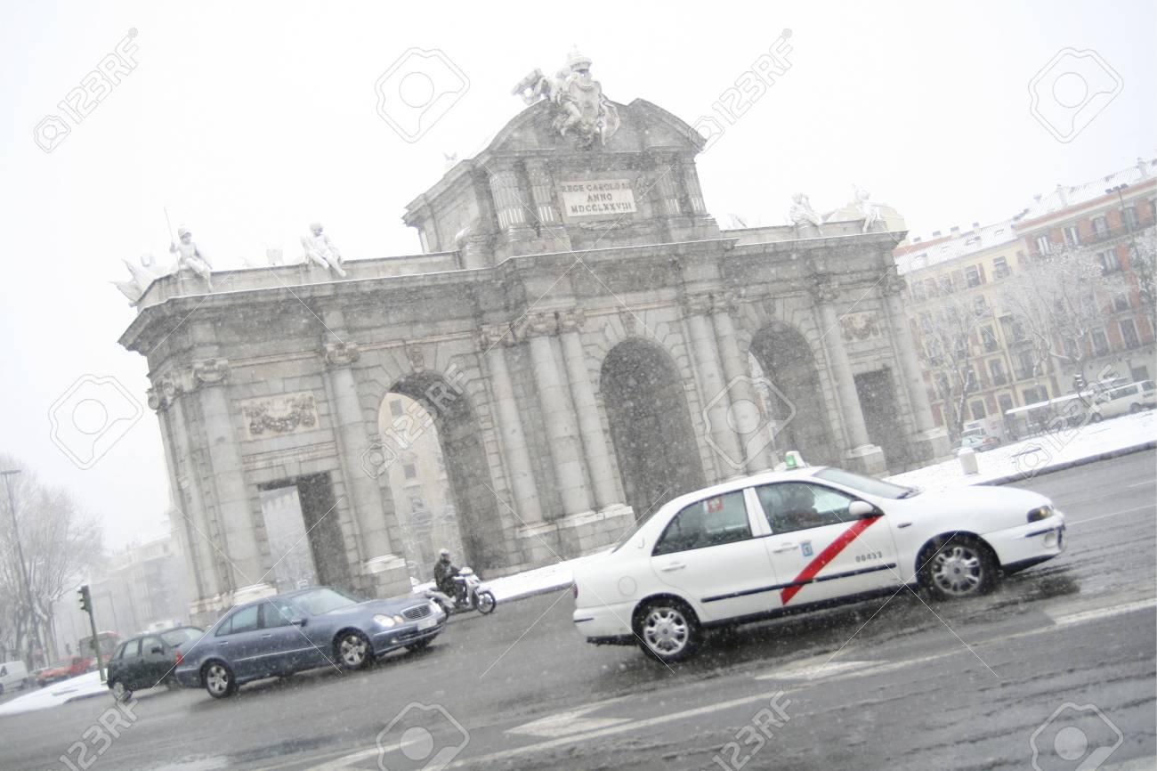 Traffic near a monument during rain, Puerta De Alcala, Alcala Gate, Plaza De La Independencia, Madrid, Spain Stock Photo - 7353697