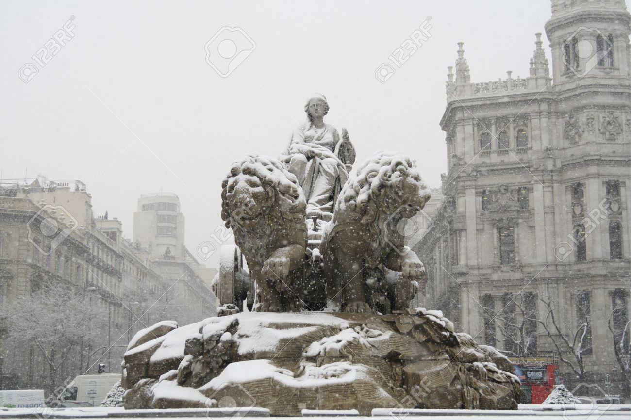 Vista De ángulo Bajo De Estatuas De Una Fuente La Fuente De La Cibeles Palacio De Comunicaciones Del Ayuntamiento De Madrid Ayuntamiento De La