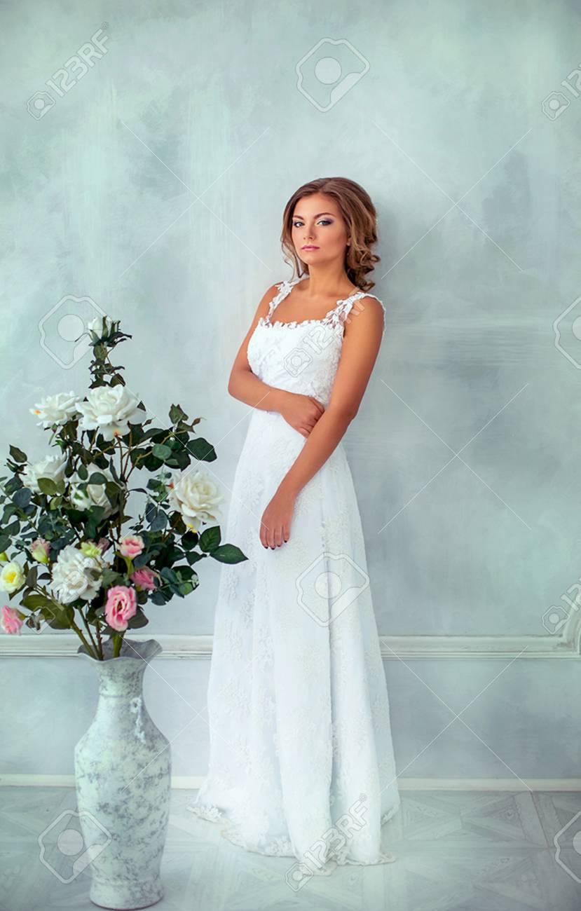 Novia Hermosa, Suave En Vestido De Novia Blanco En Habitación ...
