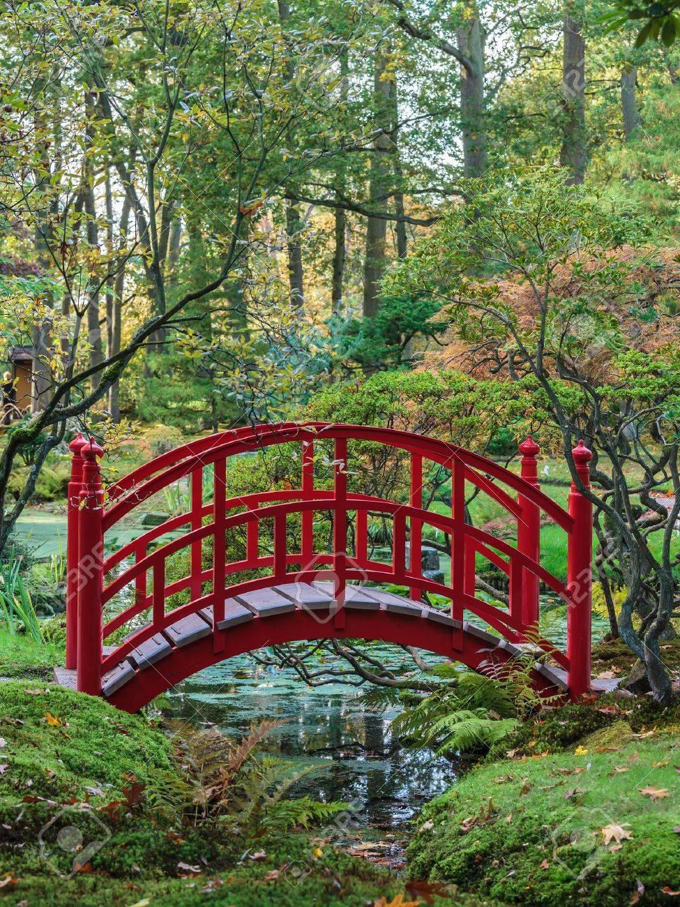 Red Traditionelle Japanische Brücke In Einem Bunten Herbst Garten