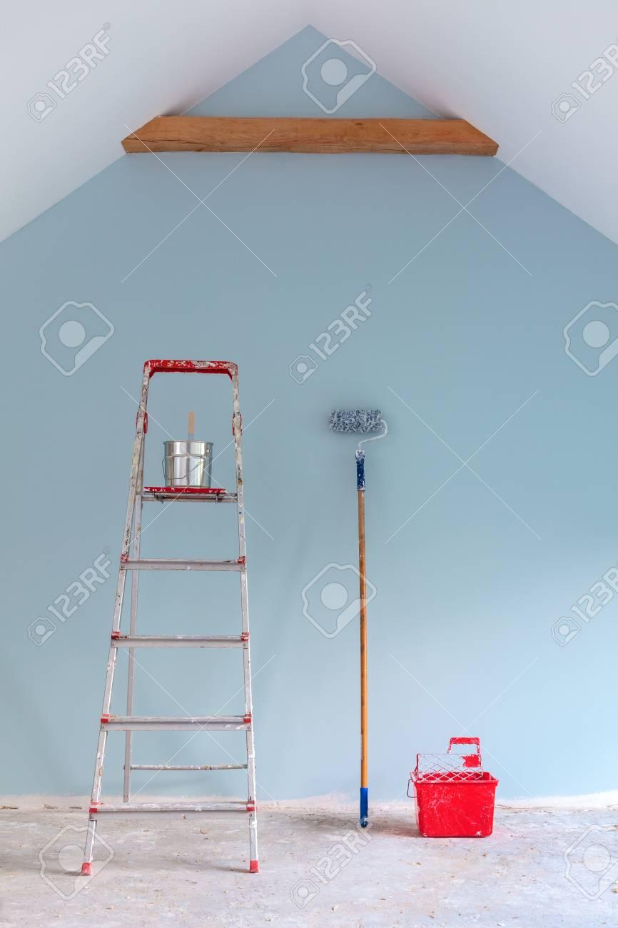 Peindre Avec Des Outils échelle Contre Un Mur Bleu Clair Repeint