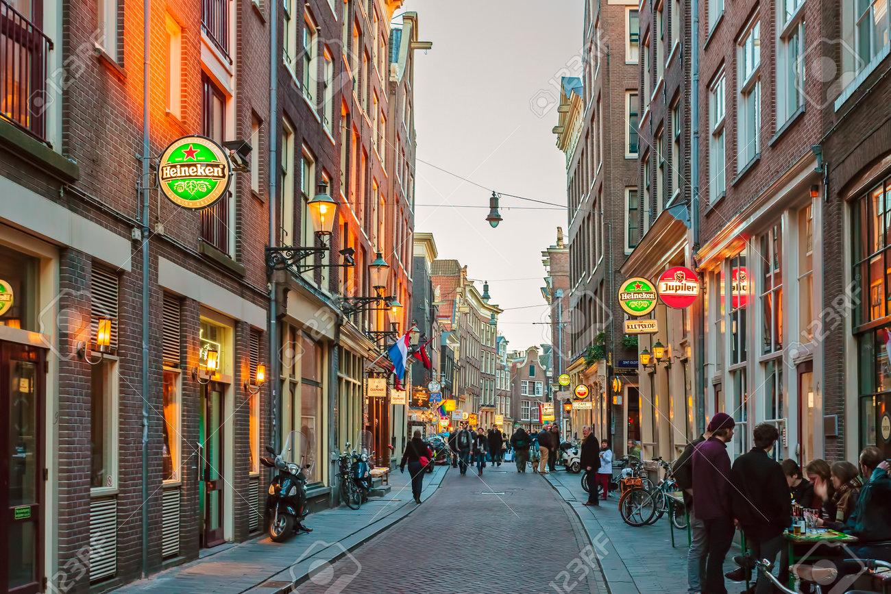 amsterdam holanda de marzo la famosa calle zeedijk en el centro