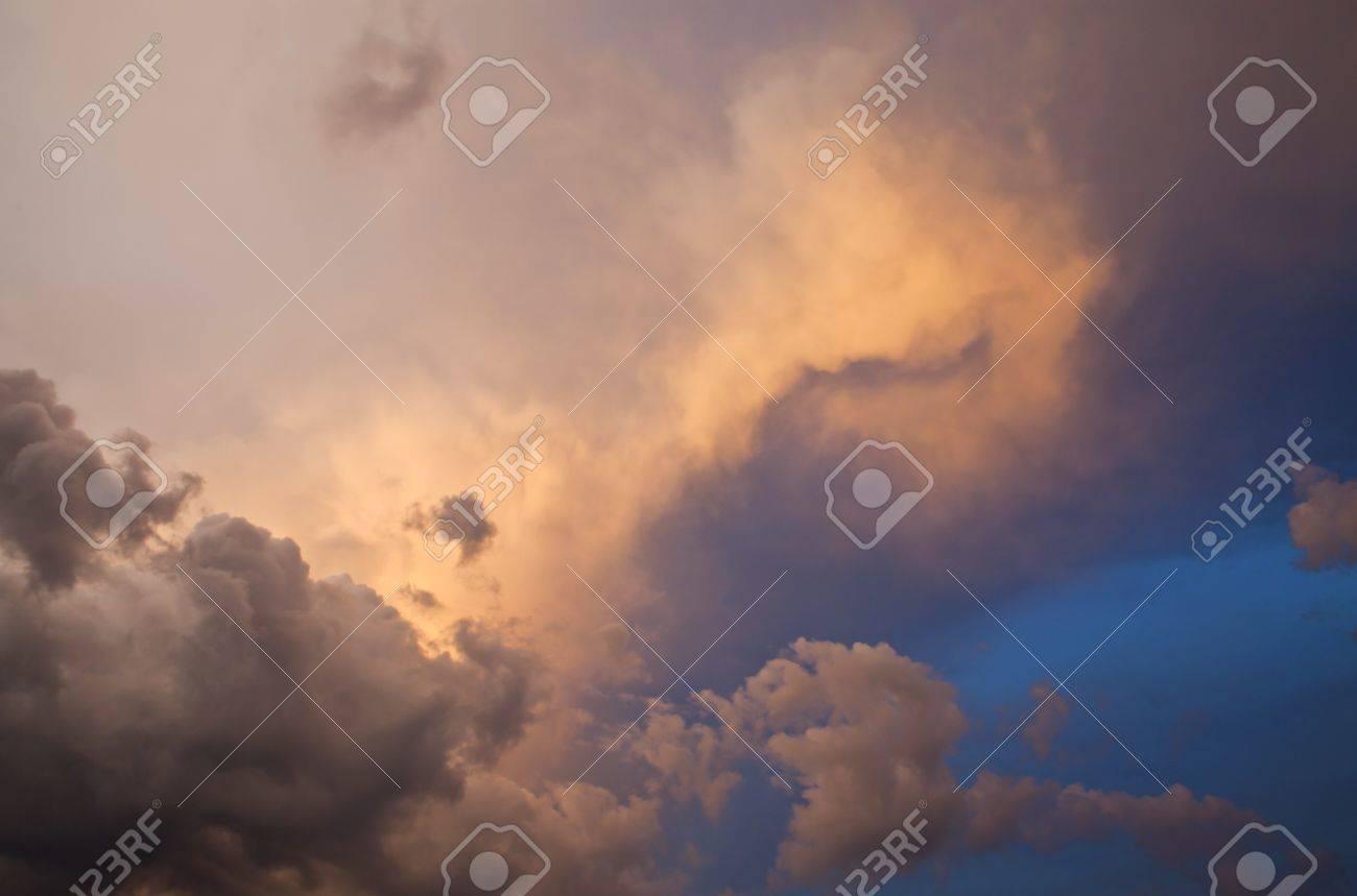 暴風雨の後の夕焼け雲と空 ロイ...