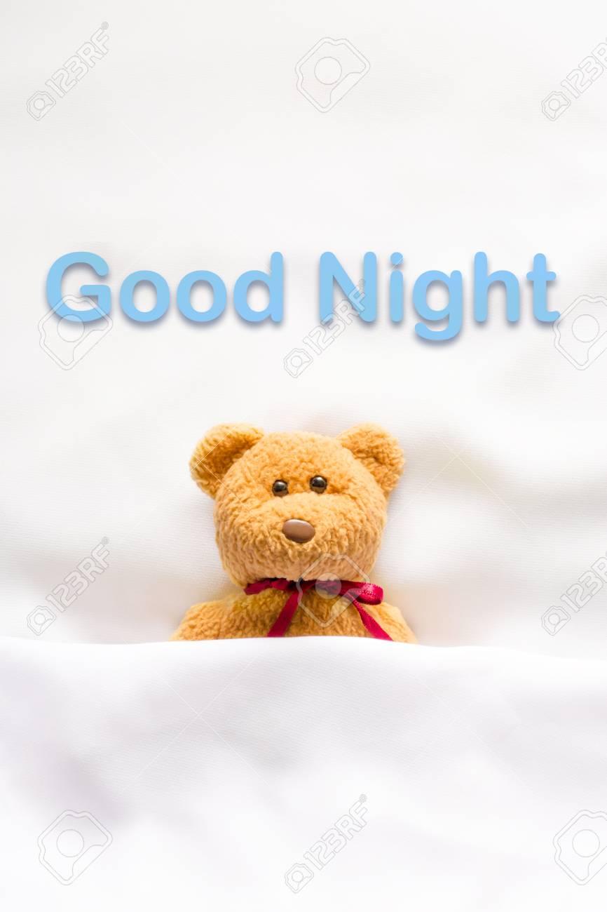 Teddy Bear Couché Dans Le Lit Blanc Avec Un Message Bonne Nuit