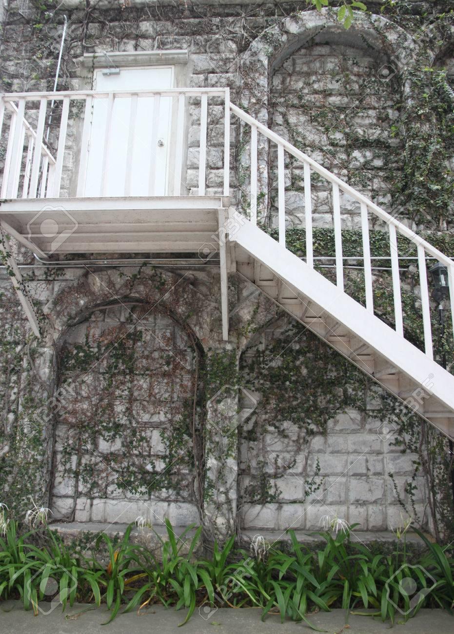 Escalier montée et des portes qui ont consulté la vierge.