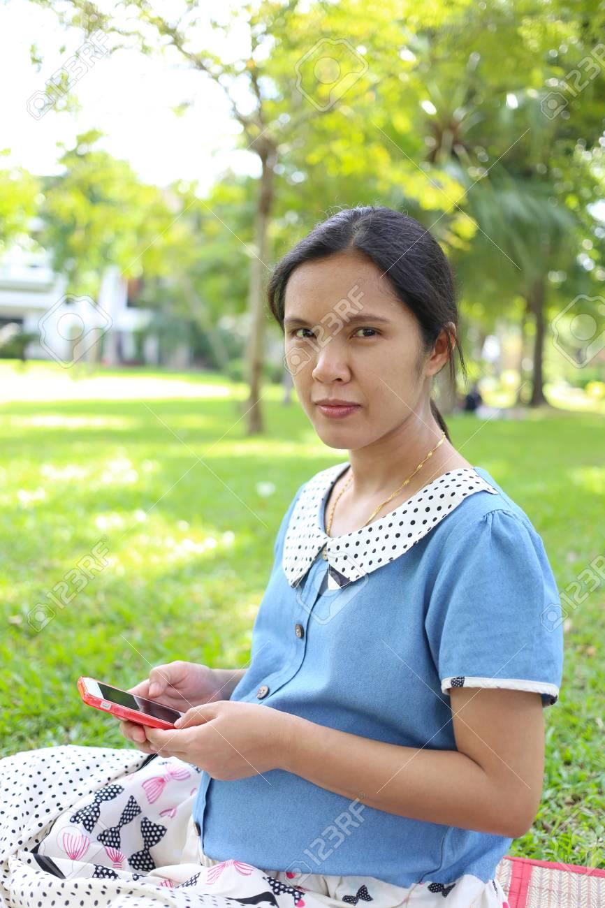 Las Mujeres Embarazadas Que Utilizan Telefonos Inteligentes Para La Busqueda De Informacion Sobre La Atencion Medica En El Parque Publico