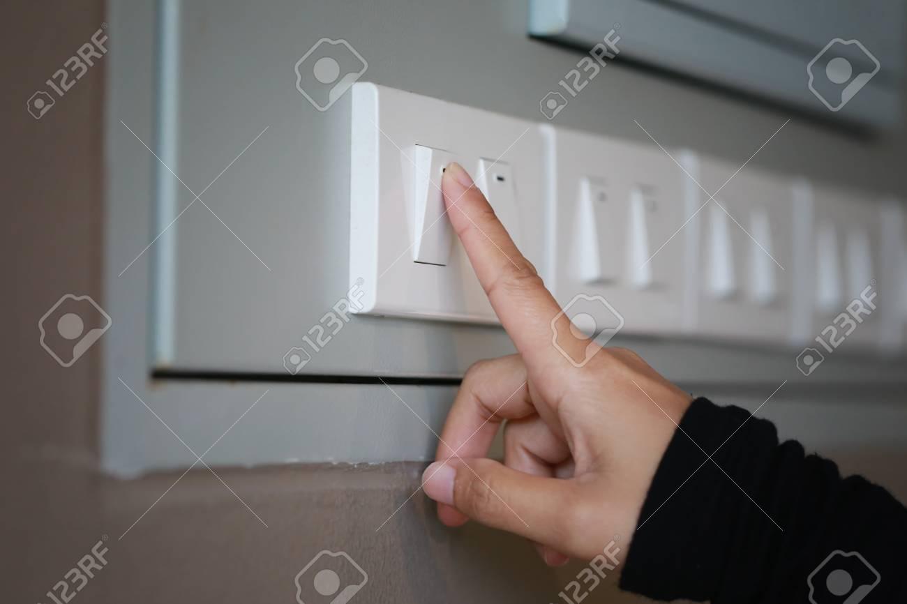 Finger Schalten Lichtschalter Im Haus Aus, Konzept Zur ...