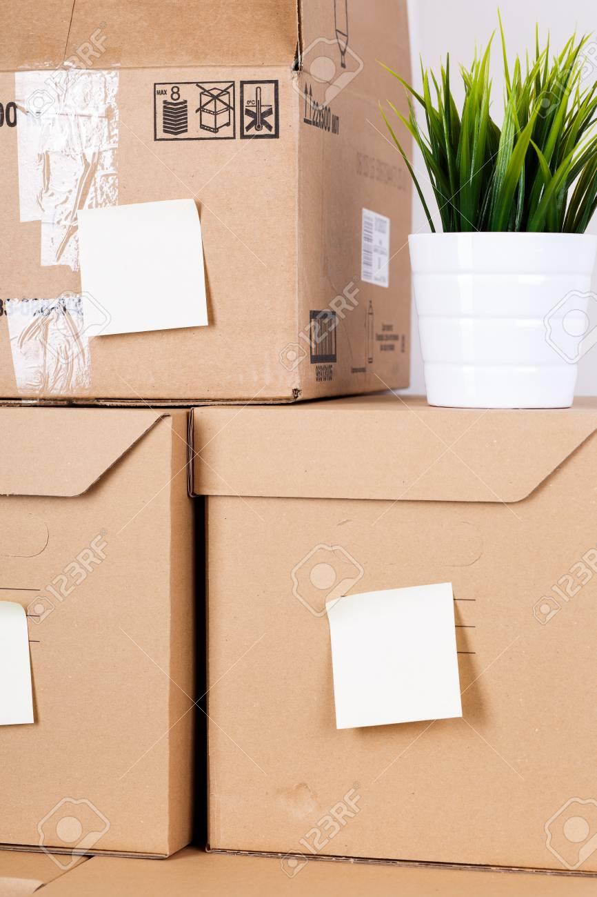Stapel Des Braunen Kartons Mit Haus Oder Büro Waren. Verschiedene ...