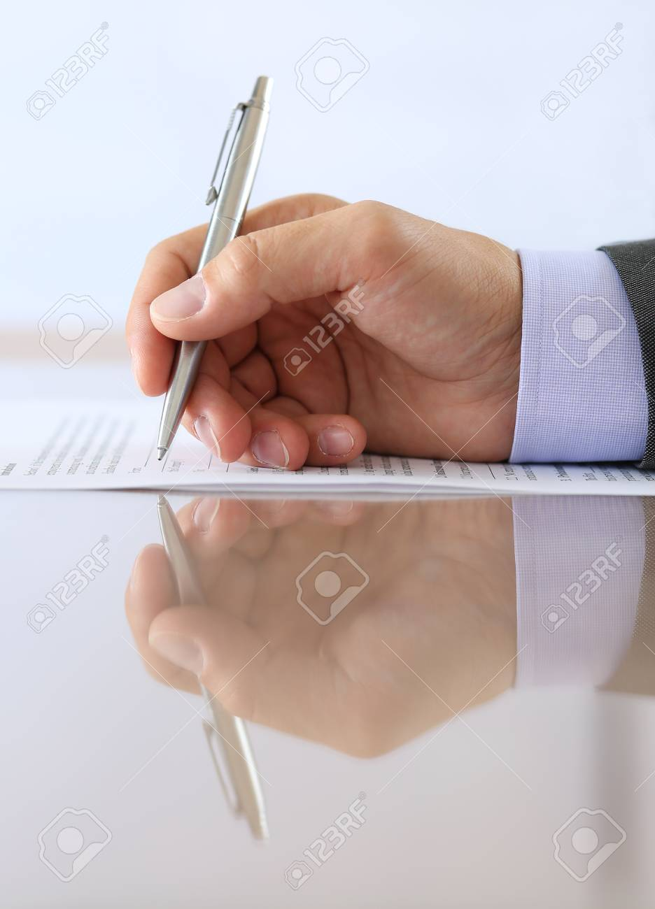 Hand Der Geschäftsmann In Anzug Füllung Und Der Unterzeichnung Mit