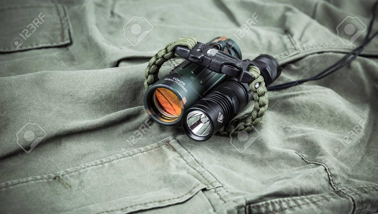 Military paracord armband taktische taschenlampe und fernglas auf