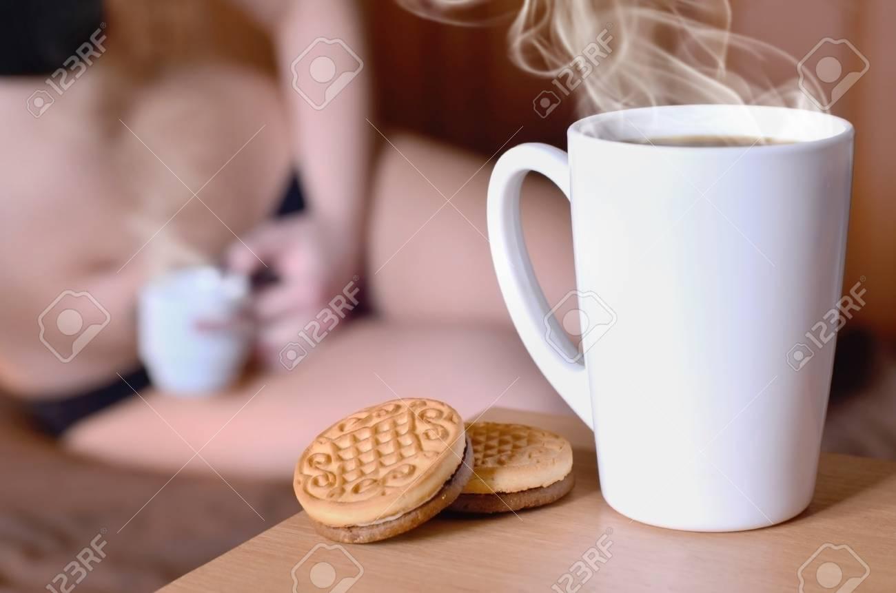 LitPriorité Premier Lingerie Sexy Au Et Biscuits Silhouette Noire Un Des Ronds De Avec Arrière Chaud Fille Tasse En Café D'une Une Plan Sur f6Ybg7yv