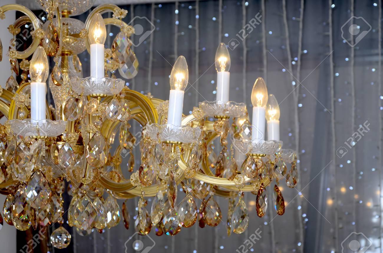 Un antico lampadario retrò a sospensione con lampade integrate per