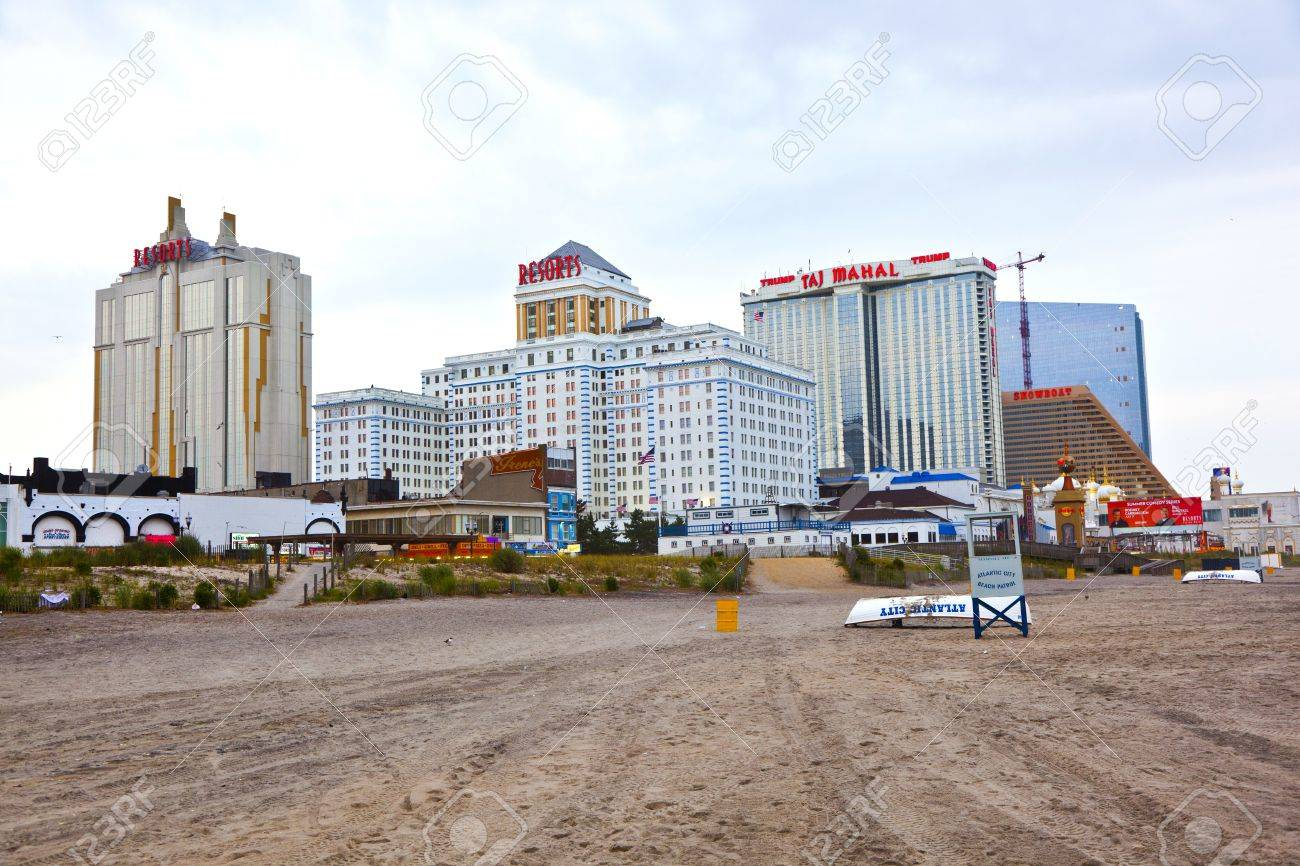 ATLANTIC CITY - JULY 13: Beachwalk in the evening in Atlantic City New Jersey on July 13, 2010 in Atlantic Sity, USA. Atlantic City is a nationally renowned resort city for gambling, shopping and fine dining. Stock Photo - 10753427