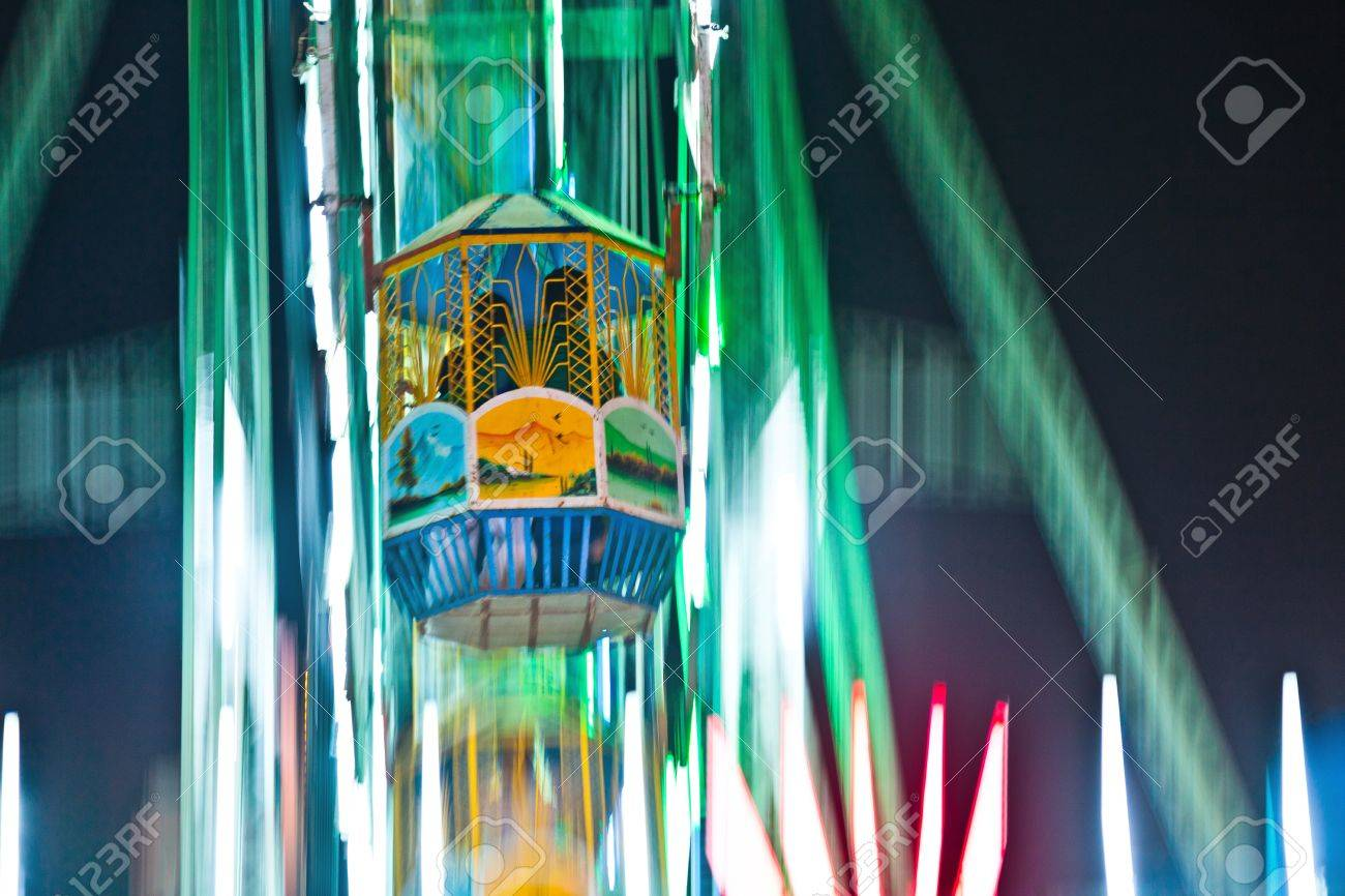 people enjoy the big wheel in the amusement park in Delhi in front of the red fort Stock Photo - 11287118