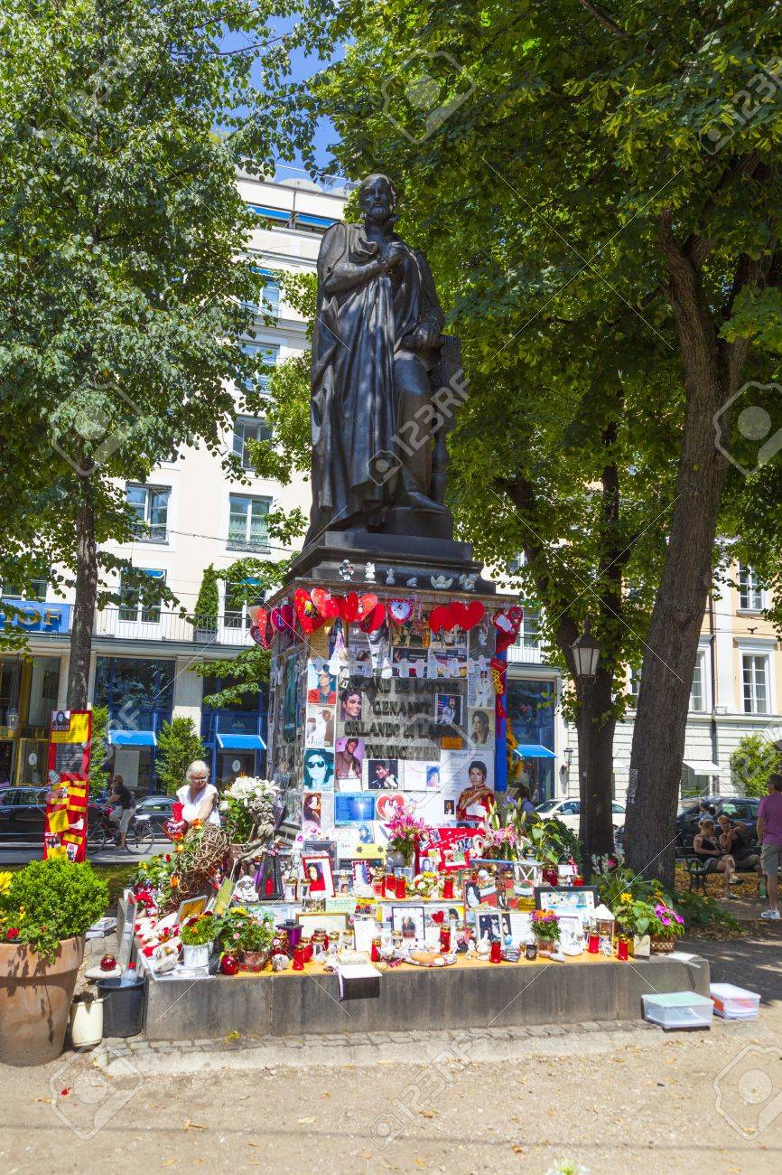 MUNICH, GERMANY - JULY 09 : people remember Michael Jackson with post cards and personal letters at the statue of Orlando di Lasso on July 09,2011 in Munich, Germany. Jackson died on June 25,2009 in Los Angeles. Stock Photo - 15419114