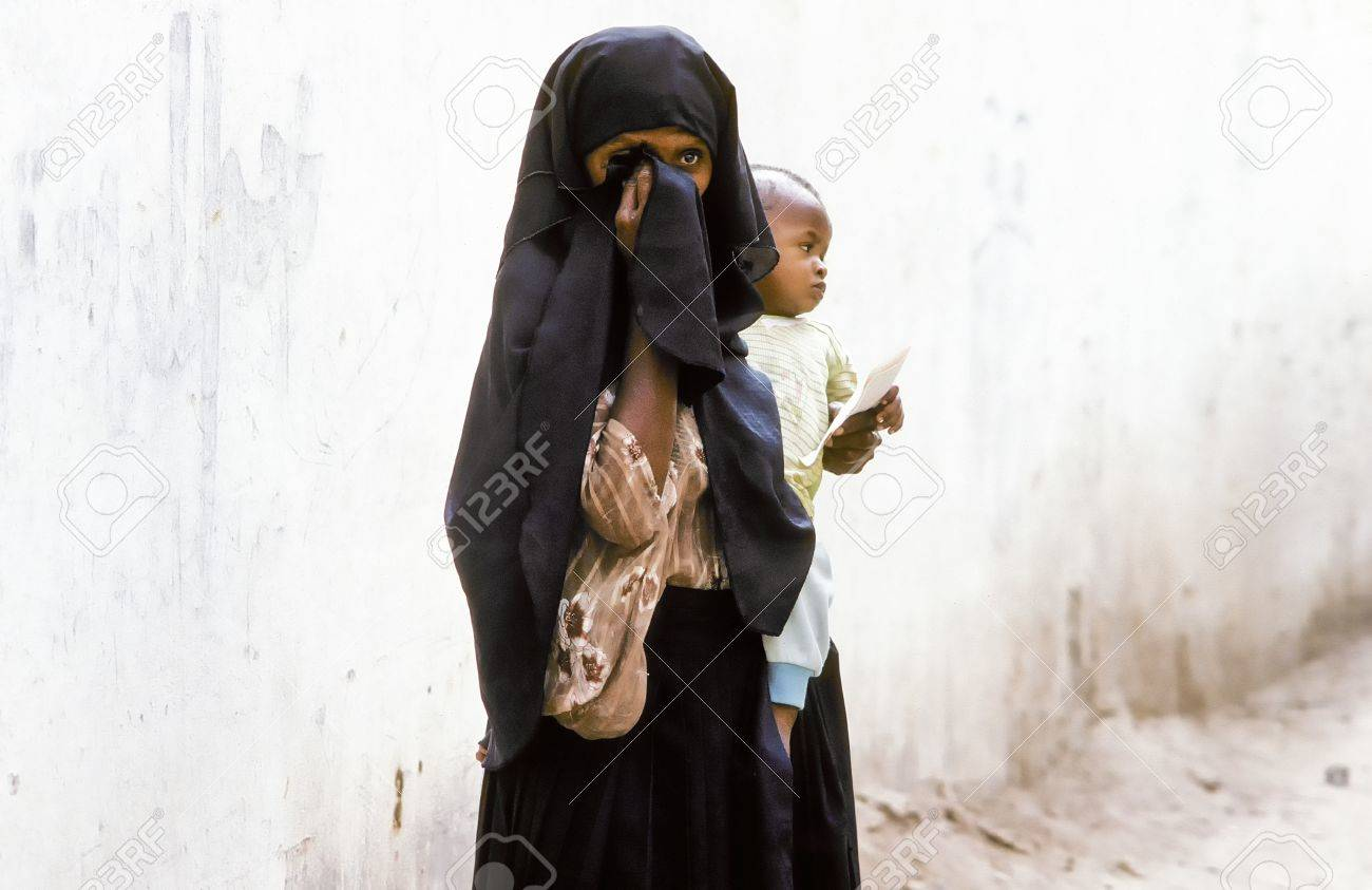 HADHRAMAUT, YEMEN - MAY, 15: arabic unknown mother carries her baby in a  wraparound garment on May 15,1993 in Hadhramaut, Yemen. in 2008 still 62 percent of women in rural areas are  illiteracy. Stock Photo - 15546902