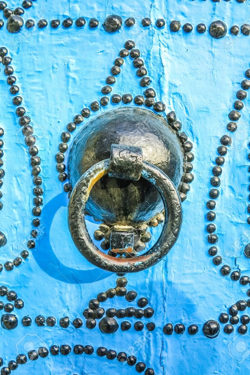 Schönen Traditionellen Türen Mit Alten Dekoration Und Blaue Farbe  Standard Bild   16959744