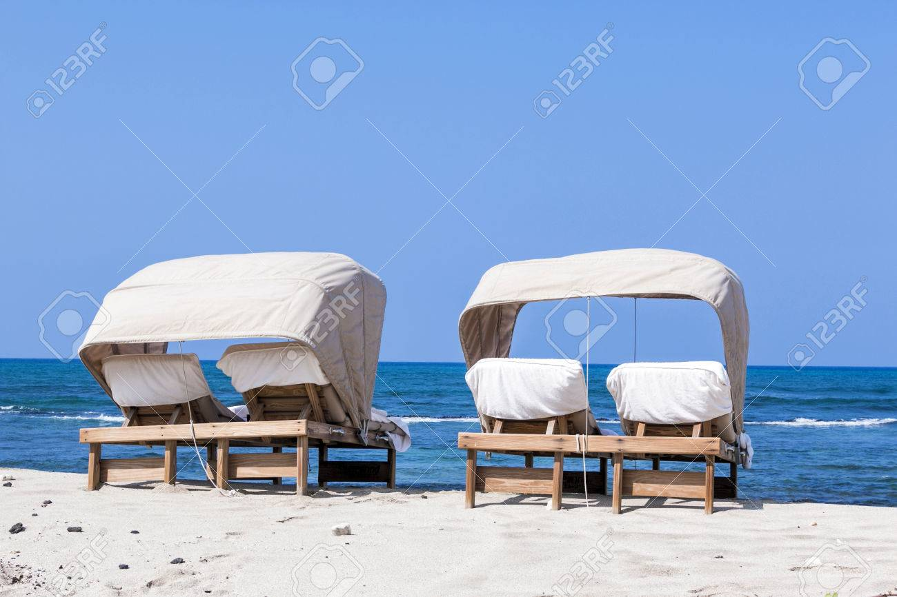 Strandliege Für Paare Am Strand Mit Blauem Himmel Und Meerblick