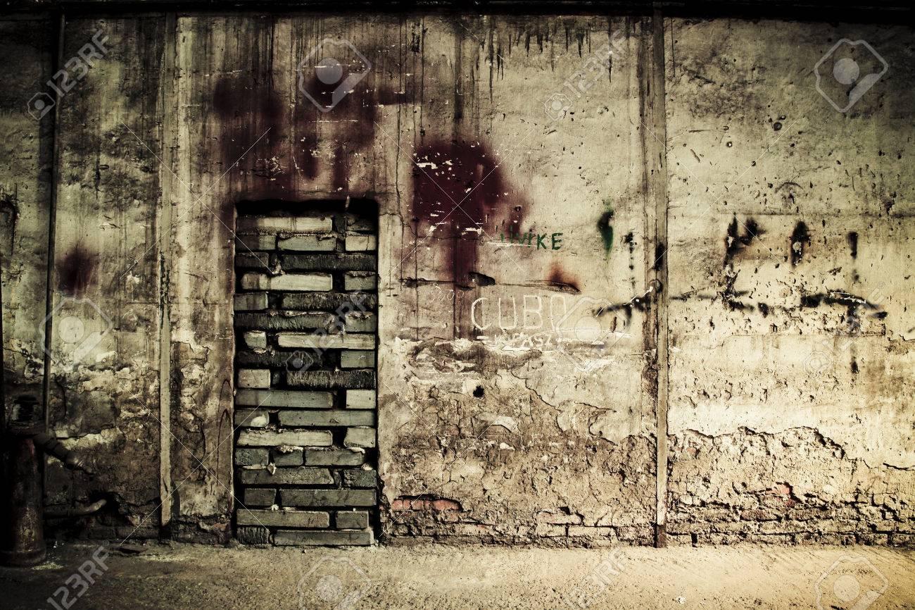 Resultado de imagen para puerta tapiada con ladrillos
