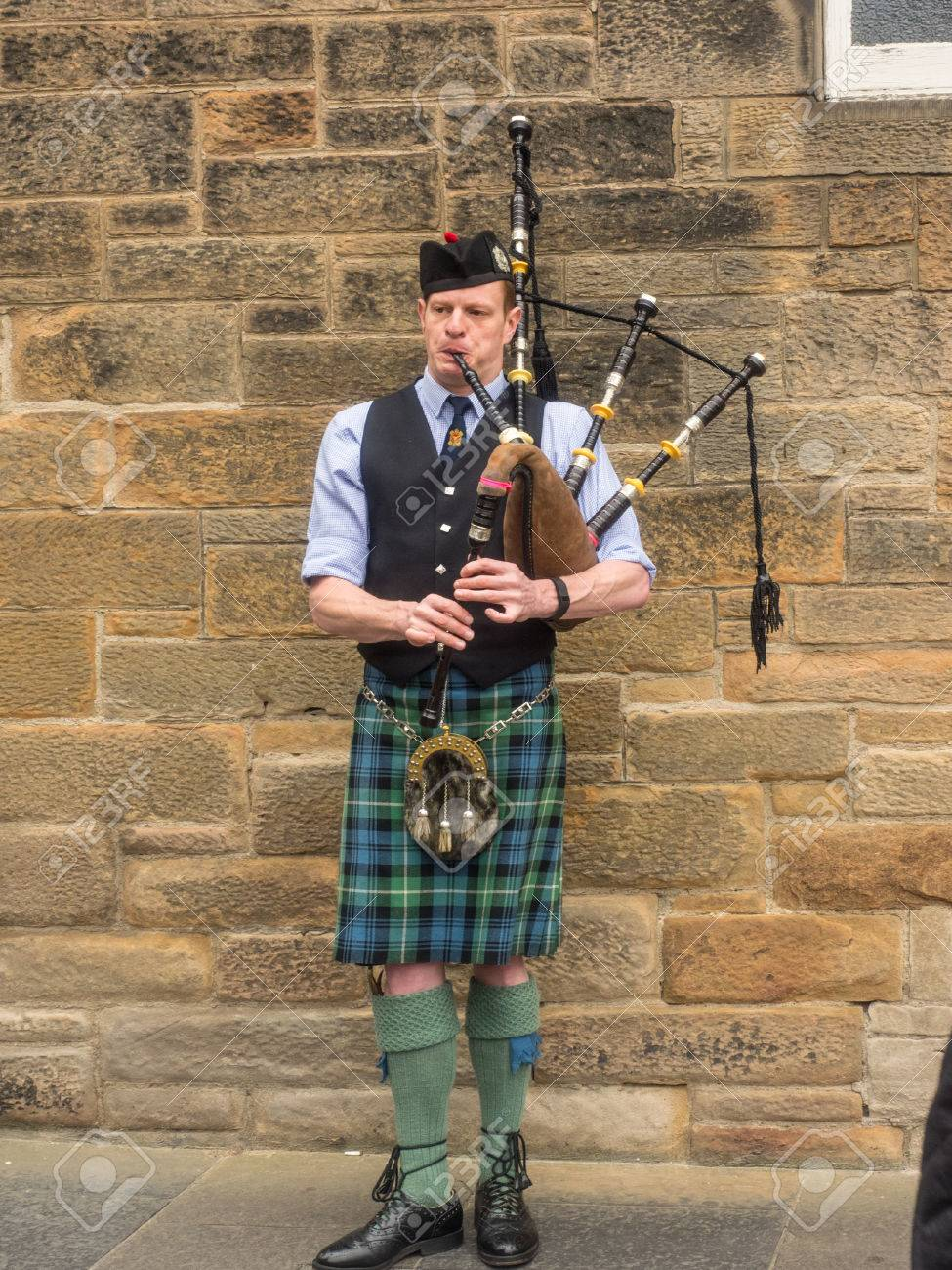 7b95999ced Bagpiper busking with the Great Highland bagpipe on the street in  Edinburgh