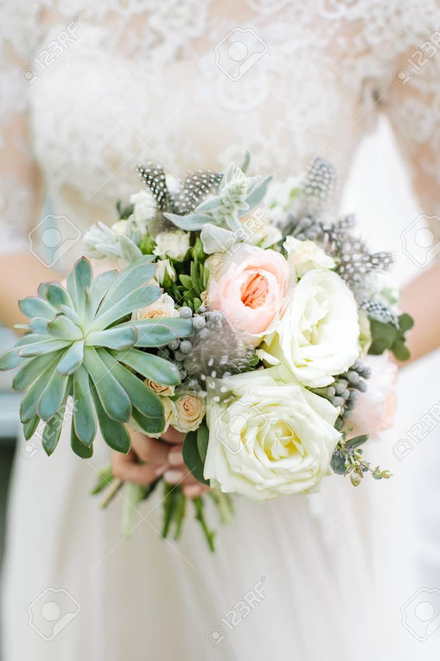 Blumenstrauss Aus Fruhlingsblumen Hochzeitsstrauss Braut Halt
