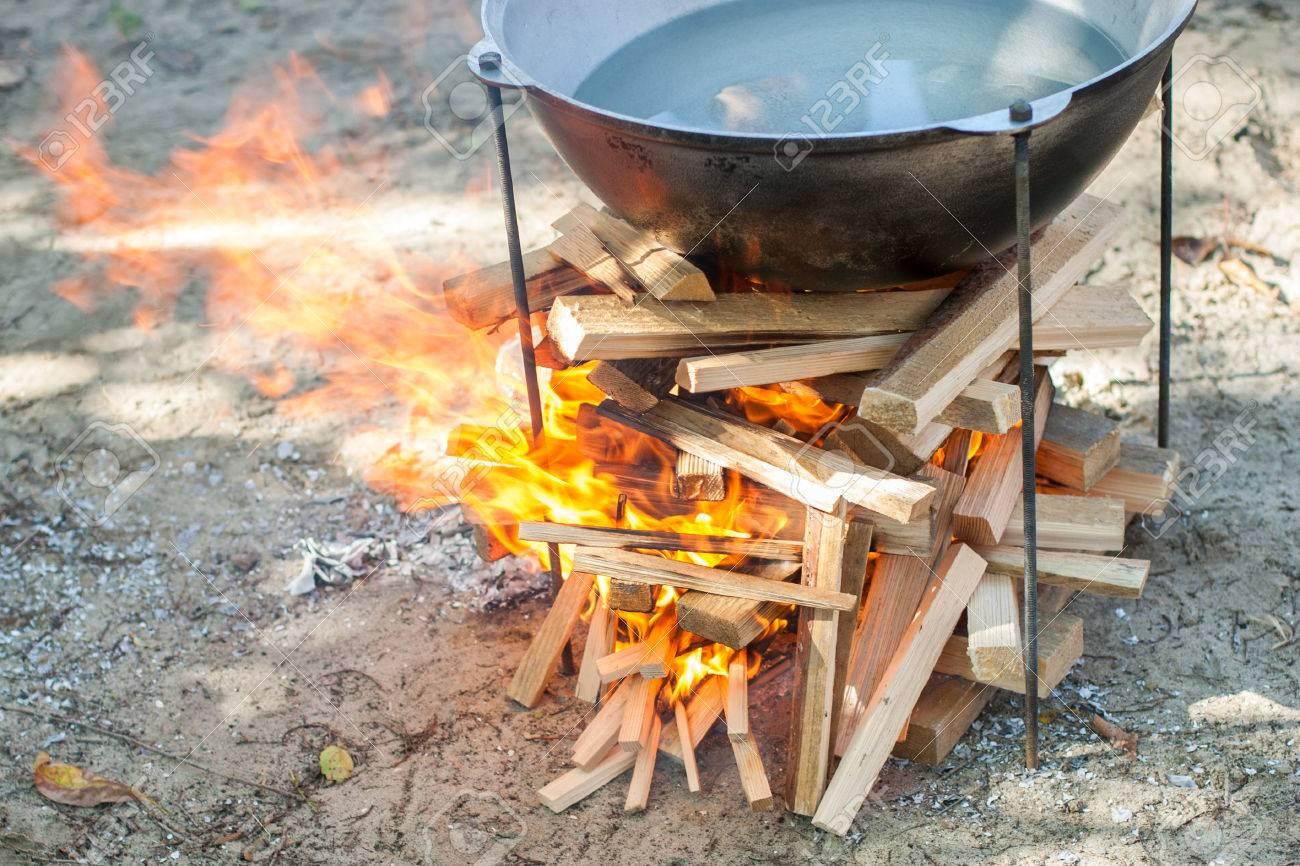 Kochen Auf Feuer. Essen In Einem Kessel Auf Einem Feuer. Essen Im ...