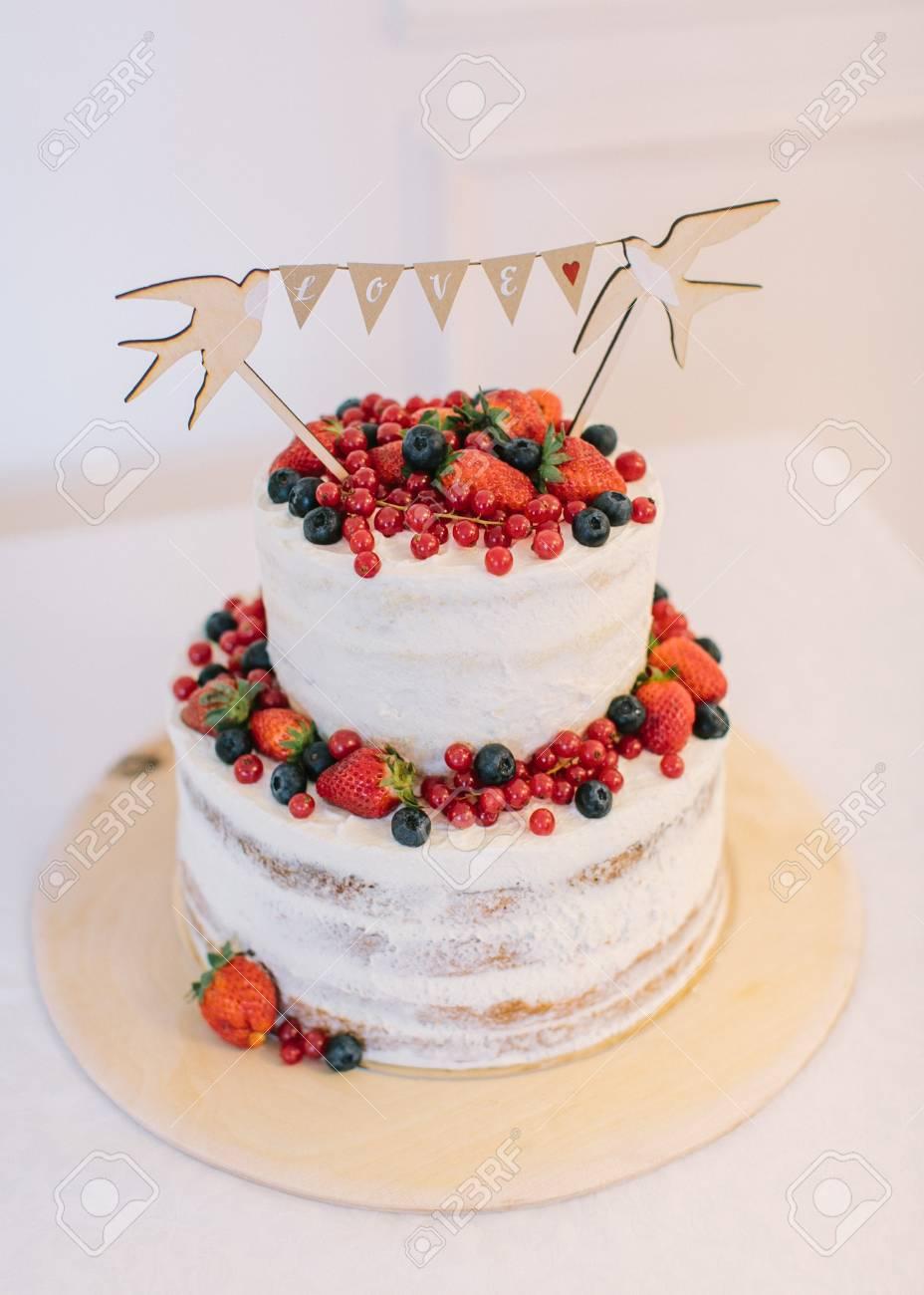 Hochzeitstorte Kuchen Mit Frischen Beeren Kuchen Mit Weisser Sahne