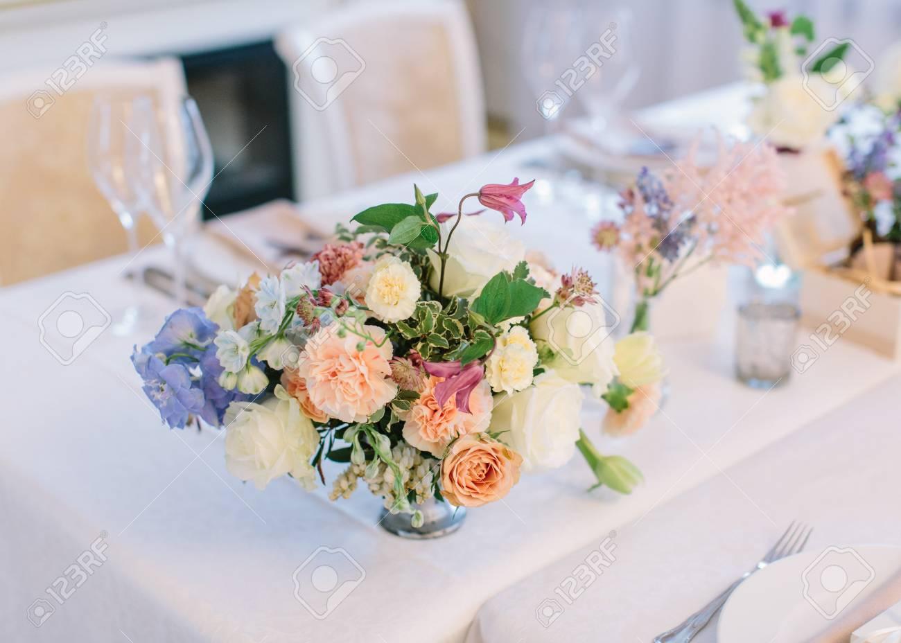 décor de mariage. décor de table de fête. bouquet de fleurs du