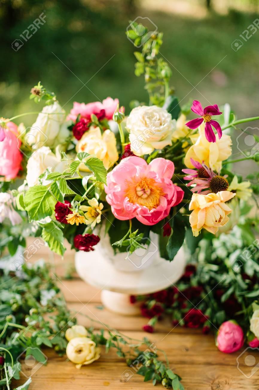 Ramo Flores De Vacaciones Regalos Y Concepto De Arreglo Floral Jarrón Blanco Con Un Hermoso Ramo En Una Mesa De Madera Arreglo Decorativo De