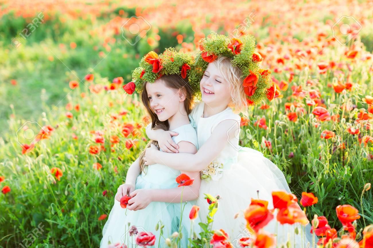 Kleines Mädchen Modell, Hochzeit, Mohn, Sommer-Mode-Konzept - Zwei ...