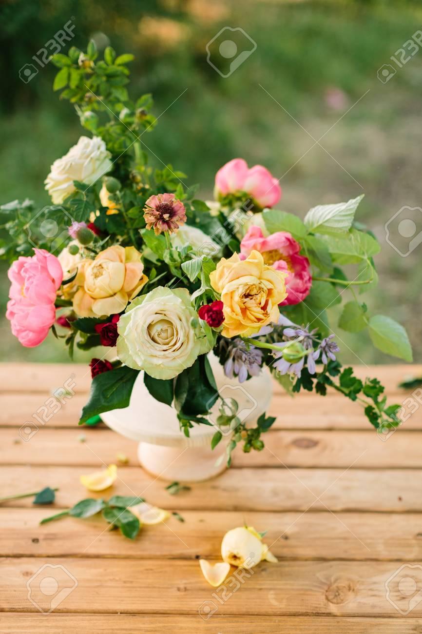 Ramo Flores De Vacaciones Regalos Y Concepto De Arreglo Floral Jarrón Blanco De Hermosas Rosas Amarillas Y Blancas Peón Encantador Rosa